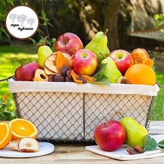 Корзина с яблоками грушами и сухофруктами